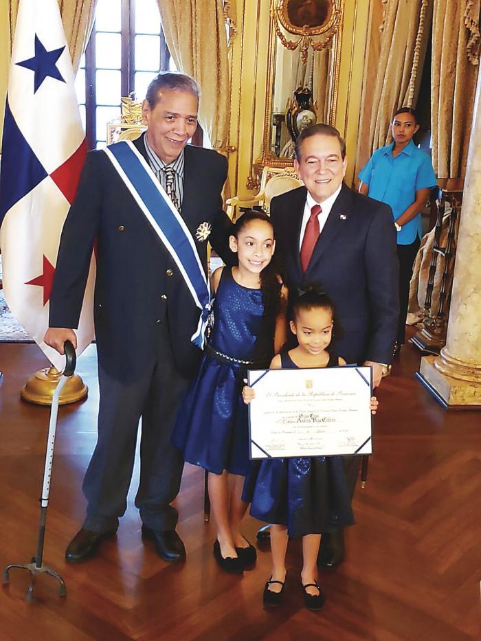 Domplin_recibe_la_Orden_General_Omar_Torrijos_Herrera-4