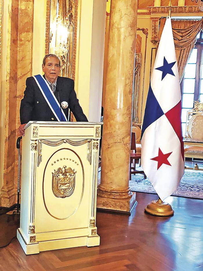 Domplin_recibe_la_Orden_General_Omar_Torrijos_Herrera-1