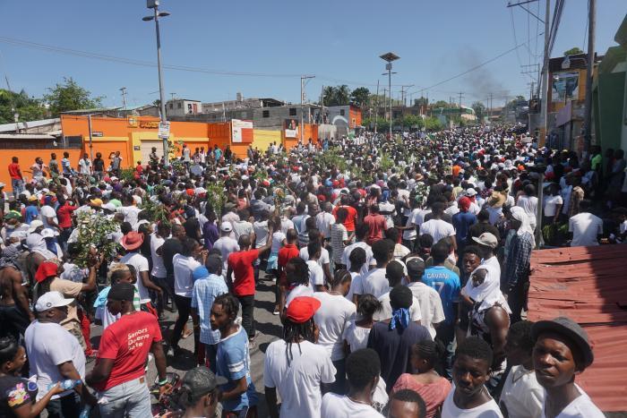 ecenas de miles de personas se manifestaron este domingo en Puerto Príncipe de forma pacífica para exigir la renuncia del presidente haitiano, Jovenel Moise