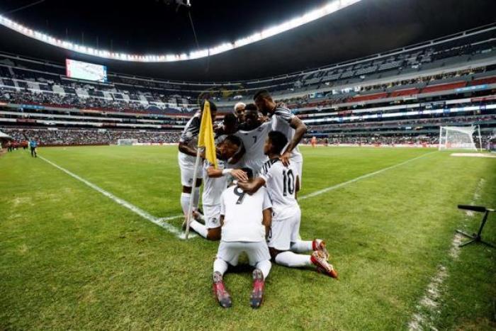 Jugadores de Panamá celebran una anotación ante México