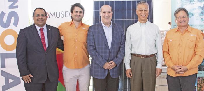 Juvenal Ríos (Secretario General de Mi Ambiente), Juan Carlos Andrés Navarro (Director de Nsolar), Juan Carlos Fábrega (Presidente de la Junta  Directiva del Biomuseo), Wei Qiang (Embajador de la República Popular de China) y Juan Carlos Navarro (Fundador