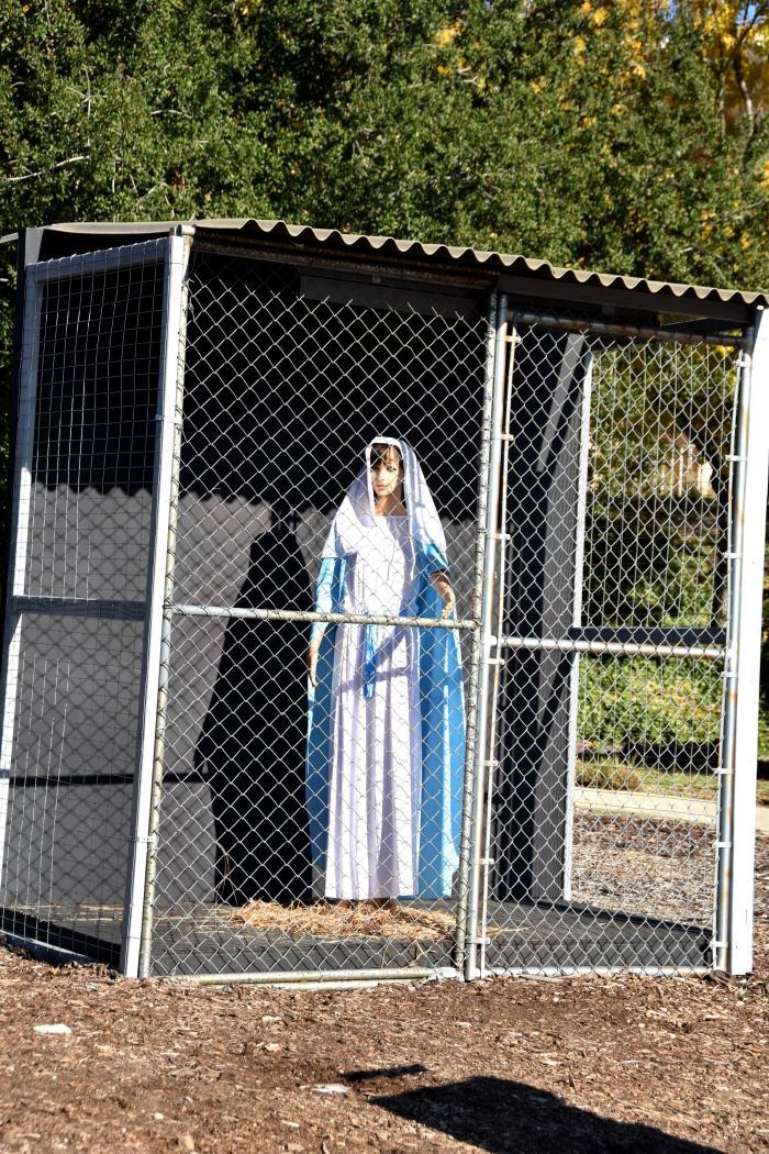Vista de la Virgen María enjaulada este lunes, en la Iglesia Metodista Unida de Claremont, California