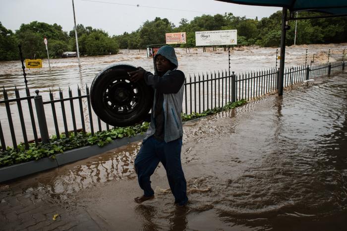 Dos muertos y 1.200 desplazados por las inundaciones en la capital de Sudáfrica
