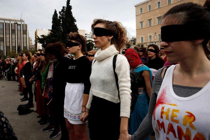 """Cientos de mujeres interpretan """"Un violador en tu camino"""" en centro de Atenas"""