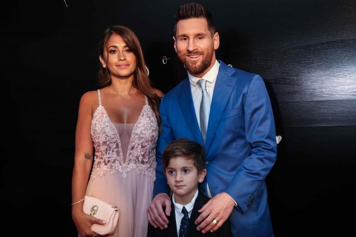 El futbolista del Barcelona Lionel Messi junto a su esposa, Antonella Roccuzzo, y su hijo durante la ceremonia de renovación de votos del uruguayo Luis Suárez y su esposa, Sofía Balbi