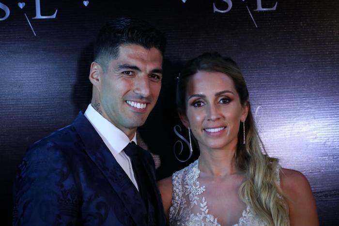 El futbolista del Barcelona Luis Suárez junto a su esposa Sofía Balbi durante la ceremonia de renovación de votos, este jueves en Montevideo, Uruguay.