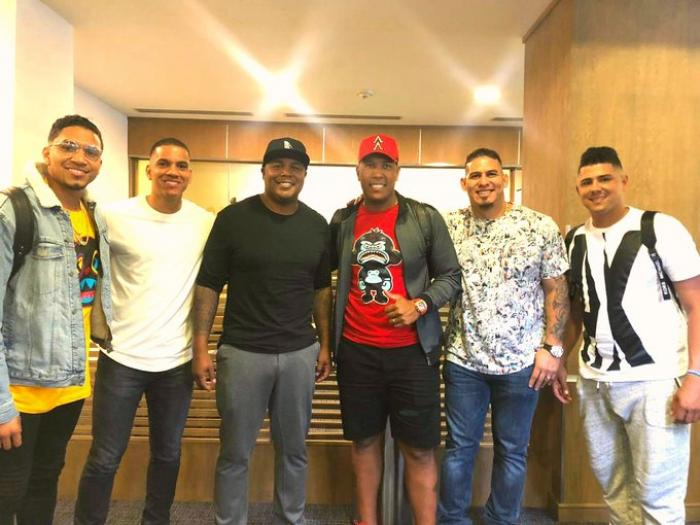 Ehire Adrianza, Andruw Jones, Salvador Pérez, Wilson Ramos, Andrés Machado y Johan Camargo arribaron al Aeropuerto Internacional de Tocumen este viernes 10 de enero.