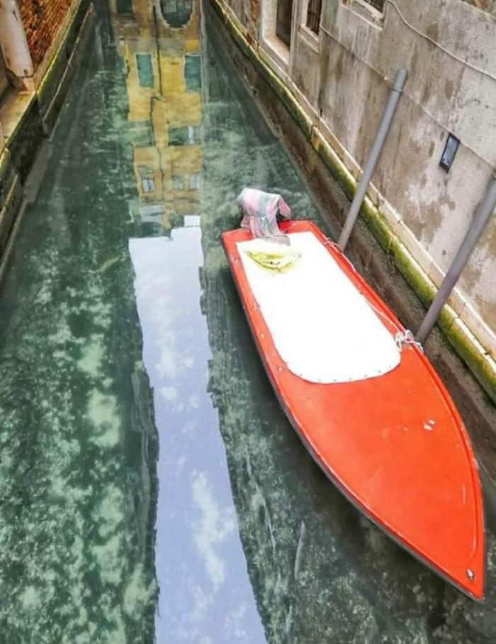 La laguna se apropia de Venecia, sin el desagüe y sin tráfico se puede ver el fondo de los canales. Deberíamos reflexionar sobre la explotación del sobreturismo en Venecia