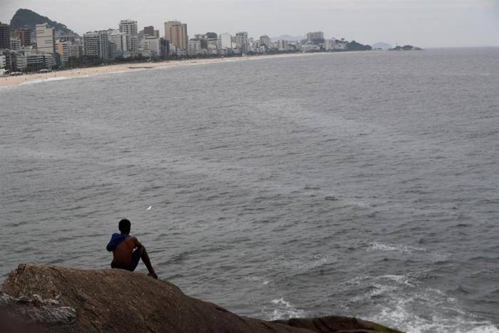 Un hombre observa las playas de Leblon e Ipanema vacías este viernes (20 de marzo), en Río de Janeiro (Brasil).