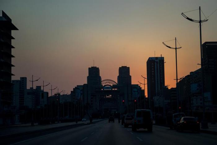 Silueta de edificios en Caracas, Venezuela). Quizás sean las capitales, puntos de encuentro que padecen todos los prejuicios.