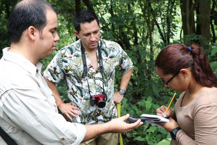 Instructores discuten métodos de campo con los estudiantes