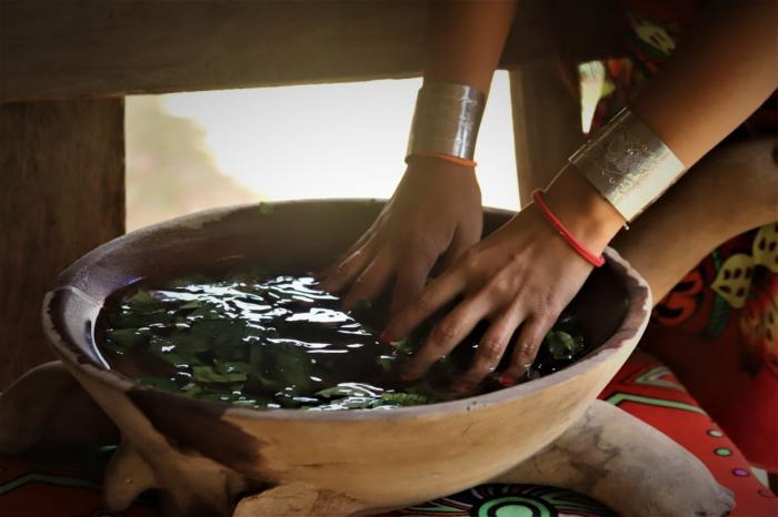 Lavado de manos con agua de rosas.