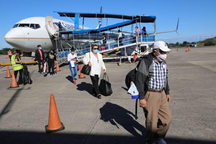 Pasajeros arriban al aeropuerto chiricano.