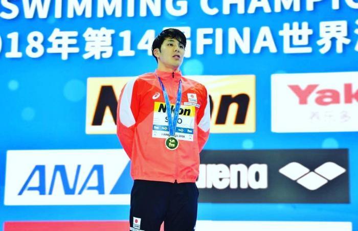 El nadador mantiene el récord mundial de 200 metros mariposa y 400 metros estilos individuales de piscina corta, el primero logrado en 2018 y el segundo el año pasado