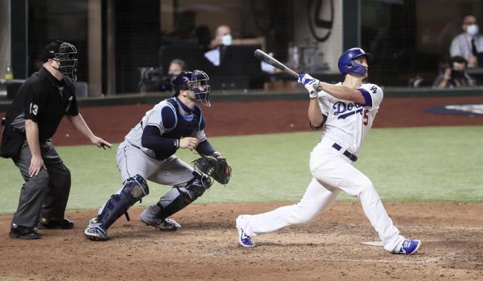 El jugador de los Dodgers de Los Ángeles Corey Seager pega un jonrón durante el segundo partido de la Serie Mundial