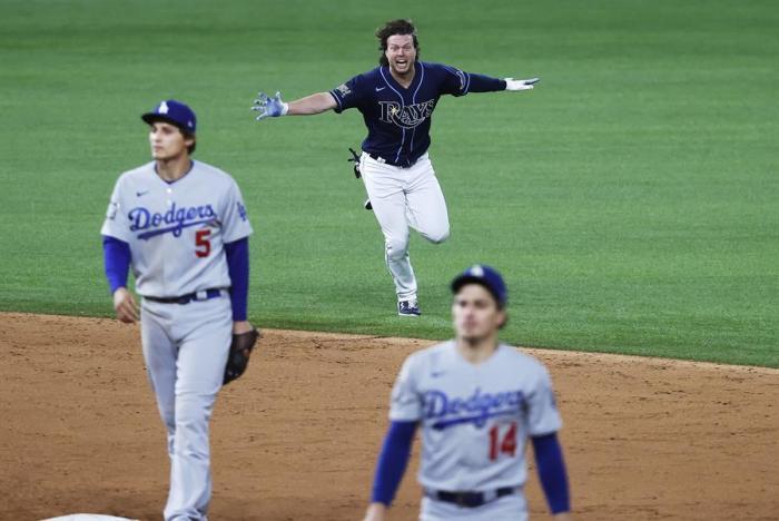 Brett Phillips (c), guardabosque de los Rays de Tampa Bay, fue registrado este sábado al festejar la victoria de su equipo 8-7 sobre los Dodgers de Los Ángeles