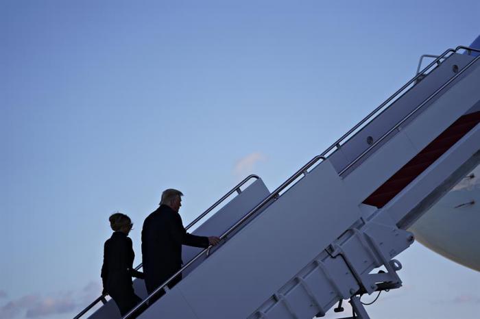 El presidente estadounidense Donald J. Trump  y la primera dama, Melania Trump, abandonan la Casa Blanca por última vez