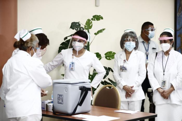 Panamá inicia vacunación contra la covid-19; Violeta Gaona, la primera en recibir la dosis.