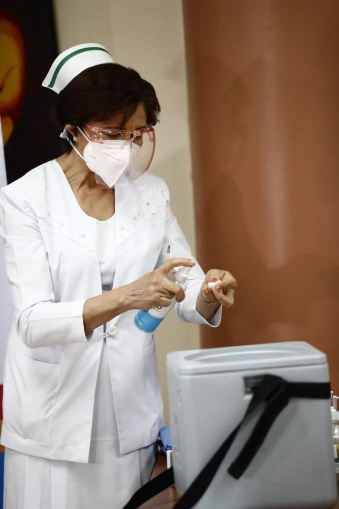Panamá inicia vacunación contra la covid-19; Violeta Gaona, la primera en recibir la dosis