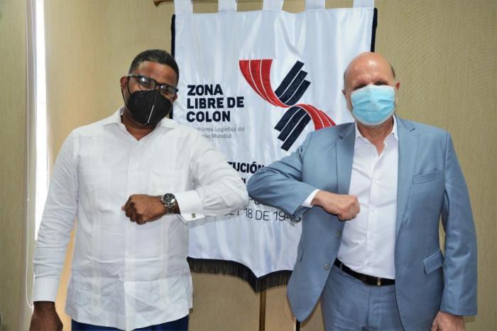 El gerente de la Zona Libre de Colón, Giovanni Ferrari (der.) y el cónsul de República Dominicana en Panamá, Robert Polanco (izq.).