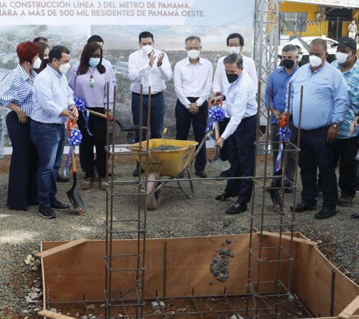 El presidente Laurentino Cortizo da la primera palada que marca el inicio de la construcción de la Línea 3 del Metro