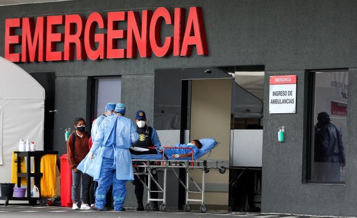 Vista de la entrada de la unidad de emergencia con pacientes covid-19