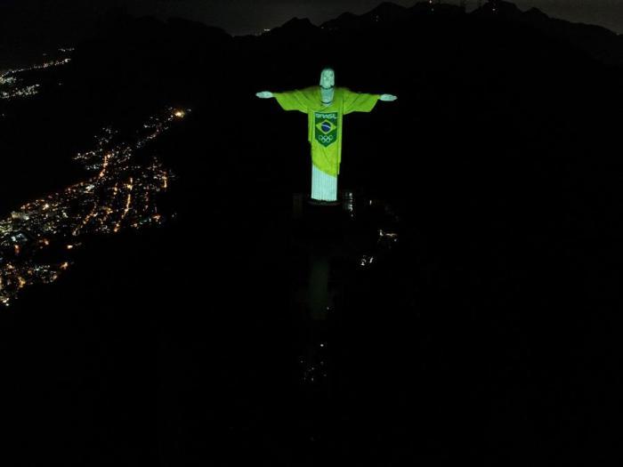 Registro con un dron de la iluminación que realizó el Comité Olímpico Brasileño (COB) del Cristo Redentor, en Río de Janeiro