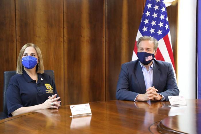 El jefe de misión de la Embajada de Estados Unidos en Panamá, Stewart Tuttle, entregó a la directora del Servicio Nacional de Migración de Panamá, Samira Gozaine, equipo tecnológico