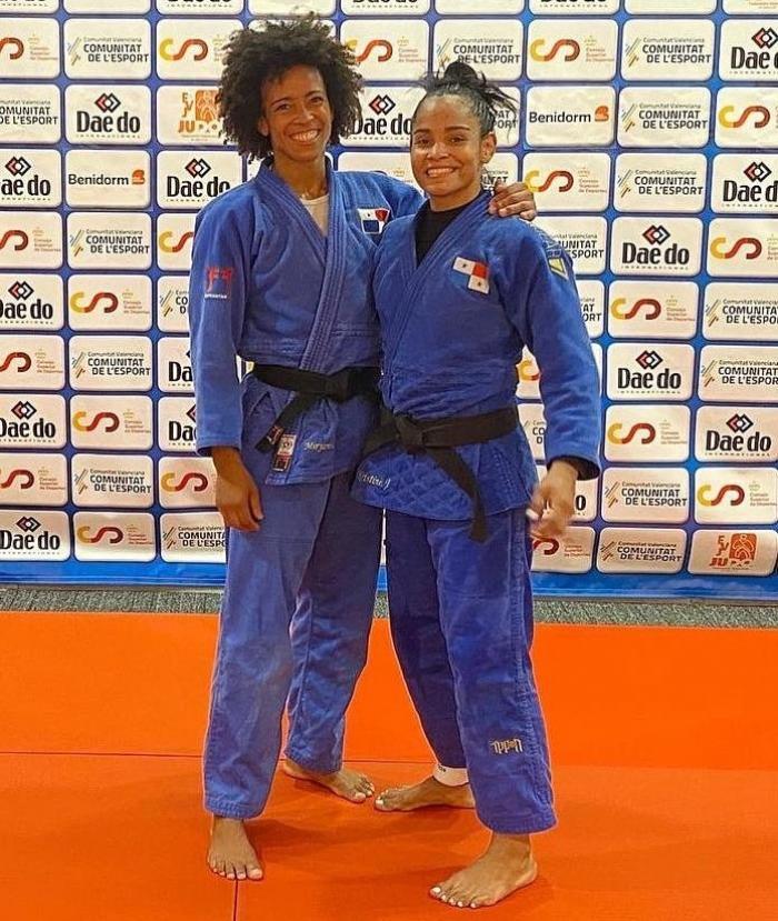 Judocas panameñas Miryam Roper (i) y Kristine Jiménez (d)