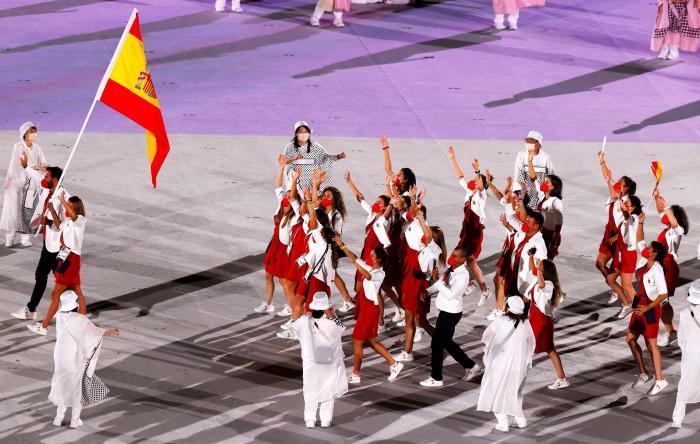 Atletas desfilan en los juegos olímpicos de Tokio.