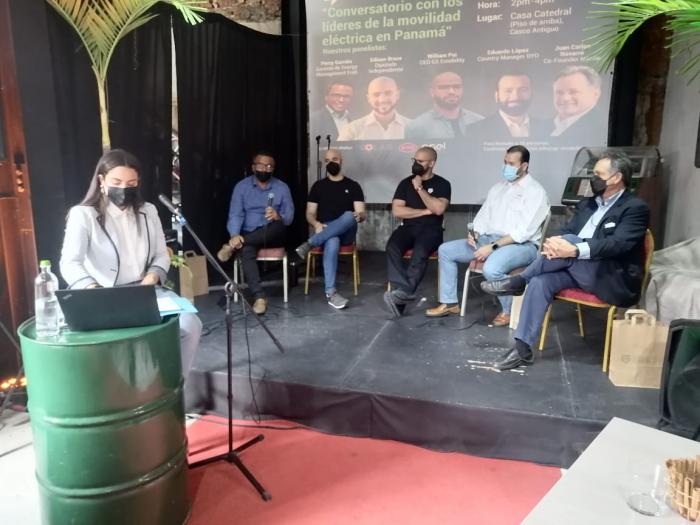Panel de expertos en el tema de movilidad eléctrica y generación de energías limpias.