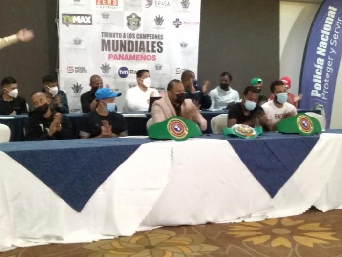 Organizadores y púgiles de la cartilla de boxeo, durante la conferencia de prensa