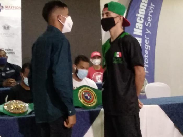 Félix 'Chinito' Moreno, de Panamá (i), peleará en el pleito coestelar ante el mexicano Alejandro 'Canito' Espinoza