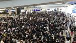 Cientos de manifestantes hongkoneses protagonizan sentada en el aeropuerto