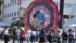 Guatemaltecos muestran una cometa gigante en EEUU para compartir sus tradiciones