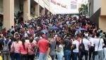 Cientos acuden a feria en busca de empleo