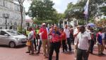 Perredistas protestan en la Presidencia para exigir una plaza laboral
