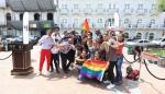Comunidad LGTBI iza su bandera de lucha en la plaza de la Independencia