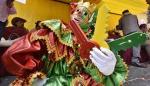 """El persona de carnaval Pepino sostiene las """"llaves de la alegría"""" mientras recorre las calles este domingo, en La Paz (Bolivia)."""