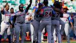 Jugadores de los Toros del Este celebran un cuadrangular en un juego de la Serie del Caribe 2020.