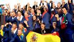 El equipo de Europa de la Ryder Cup, celebra con los greenkiper su victoria en en Torno en 2018