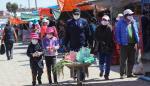 Una familia boliviana camina junta en una feria comercial