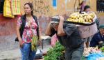 Un hombre carga bananos en un mercado en Iquitos (Perú)
