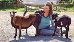 Lexa Voss, la responsable de una granja alemana que ofrece abrazar a sus ovejas y ocas para luchar contra la soledad y el aislamiento provocado por el coronavirus, abraza a sus animales.