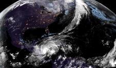 Fotografía satelital cedida por la Oficina Nacional de Administración Oceánica y Atmosférica (NOAA) por vía del Centro Nacional de Huracanes (NHC) donde se muestra la localización del huracán ETA.