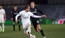 El centrocampista croata del Real Madrid, Luka Modric (i), controla el balón ante el jugador del Borussia