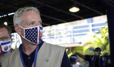 El encargado de negocios de Estados Unidos y jefe interino de la misión diplomática, Brendan O'Brien, es visto en un colegio electoral, hoy en San Salvador