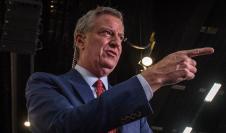 """Alcalde de Nueva York, Bill De Blasio, quien afirmó que """"debemos ir más allá para enfrentar el legado dañino de unas prácticas policiales racistas""""."""
