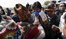 El expresidente de Bolivia Evo Morales (c), saluda a sus simpatizantes a su llegada hoy a Villazón, población boliviana en la frontera con Argentina.