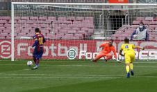 FC Barcelona Lionel Messi (i) marca el primer gol del equipo